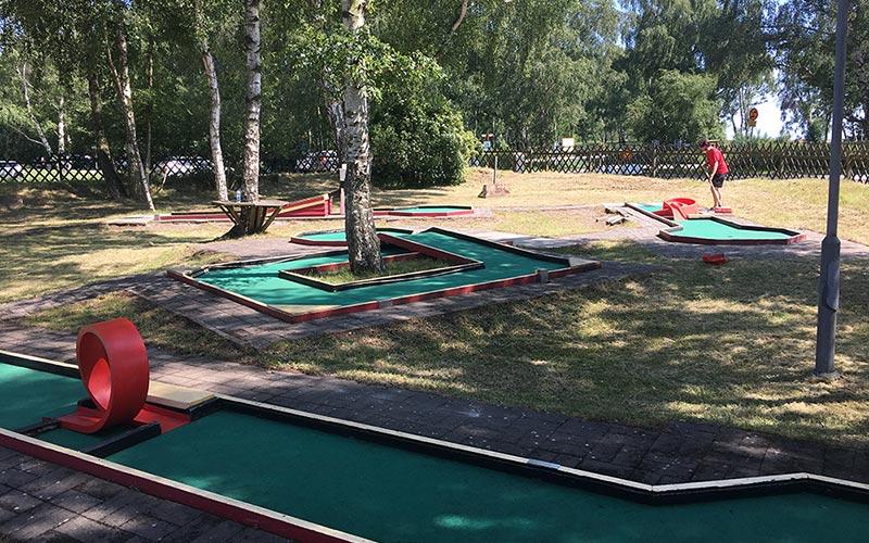 Spela minigolf på Falsterbo Camping och Resort